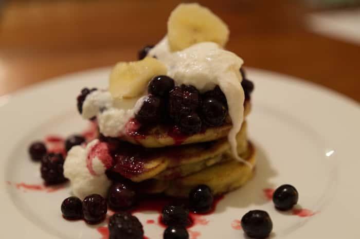 Low-Carb-Blueberry-Ricotta-Hocakes-with-Yoghurt-Banana
